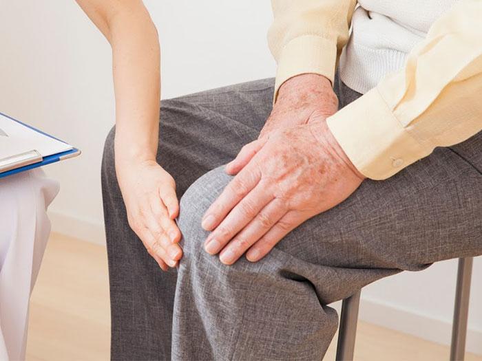 膝の痛みを抱える男性